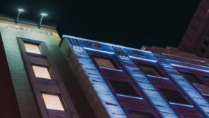 Éclairage de la façade extérieure de l'Hôtel Marriott de Québec
